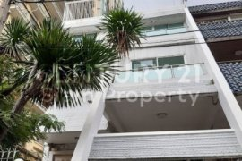 6 Bedroom Townhouse for rent in Khlong Tan Nuea, Bangkok
