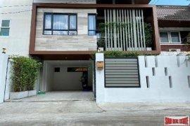 3 Bedroom House for sale in Phra Khanong, Bangkok