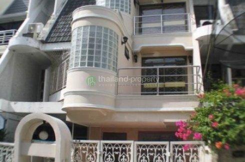 4 bedroom townhouse for rent near BTS Nana