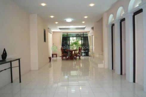 3 bedroom townhouse for rent near BTS Asoke